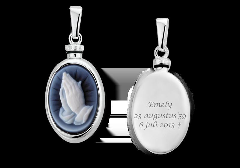Zilver ovaal assieraad met blauwe camee 'biddende handen' gegraveerd