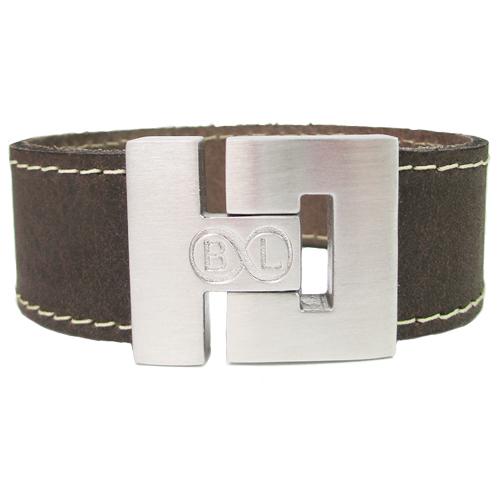 Leren Armband Gepersonaliseerd Sluiting Met Naam Of Tekst Model Bruin leren armband met witte stiksels B&L