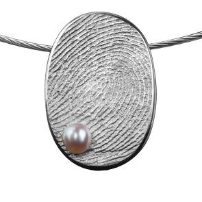 aGegraveerde Zilveren Ovaal Hanger Met Vingerafdruk En Parel